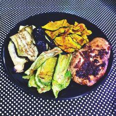 chips de abobrinha, chips de berinjela e chips de abóbora kabotiã no microondas + filé de peito de frango grelhado com cebola roxa no shoyu light