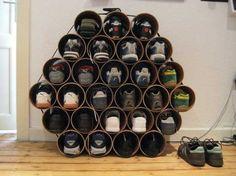 Bind een aantal pvc pijpen bij elkaar met een spanband en klaar is je schoenenkast!