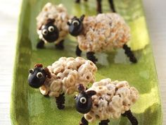 Sheep : fun edible food-art creations using cereal Edible Food, Edible Art, Cake Aux Olives, How To Make Marshmallows, Food Art For Kids, Christmas Gingerbread House, Gingerbread Houses, Snack Video, Rice Krispie Treats