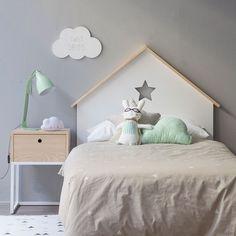 Casita, un bonito cabecero de madera con forma de casita con tejado y una estrella. Para las camas de los más pequeños.