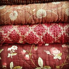 Antique Quilts - so beautiful. Antique Quilts, Vintage Quilts, Textiles, Shabby, Red Cottage, Decoration, Pillows, Antiques, Design