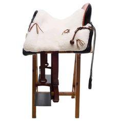 Montura vaquera moteada profunda, con hierro del cliente.   #handicraft #artesania  #artisan #artesano  #leathercraft #artesanía_en_cuero  #leather #cuero  #leatherwork #trabajo_de_cuero  #leathergoods #artículos_de_cuero  #custom #personslizado  #handcut #corte_a_mano  #handsewn #cosido_a_mano  #made_in_spain