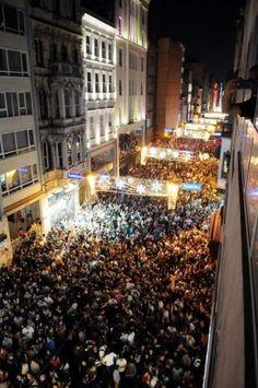 İstiklal Caddesi gece boyu kalabalıktı