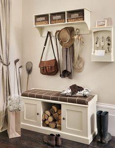 banc d'entrée avec rangements, étagère murale dotée de patères et de petites boîtes tressées