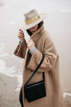 Ocean editorial by The Fashion Cuisine Beatrice Gutu wearing oversized camel coat and mustard fedora hat with chelsea boots film photography Fedora Outfit, Camel Coat Outfit, Fedora Hat, Bowler Hat, Outfits With Hats, Winter Outfits, Poses, Pijamas Women, Quoi Porter
