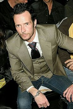 Musician Scott Weiland in the front row at the Louis Verdad Fall 2006 show during Mercedes-Benz Fashion Week at Smashbox Studios on March 2006 in Culver City, California. Scott Weiland, I Fall To Pieces, Velvet Revolver, Great Scott, Temple Of The Dog, Stone Temple Pilots, Alice In Chains, Chris Cornell, Pearl Jam