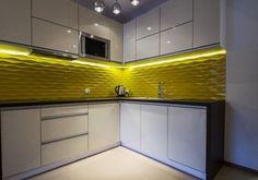 couleur pour cuisine - des armoires blanches brillantes et crédence facettée jaune