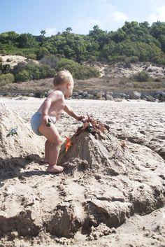 Jurassic Park. DIY. Genial parque jurásico en la playa, volcán incluido!