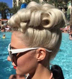 40 Pin Up Hairstyles for the Vintage-Loving Girl blonde curly pin up updo Retro Hairstyles, Wedding Hairstyles, Pin Up Hairstyles, Hair Colorful, Vintage Updo, Vintage Makeup, Vintage Pins, Peinados Pin Up, Full Weave