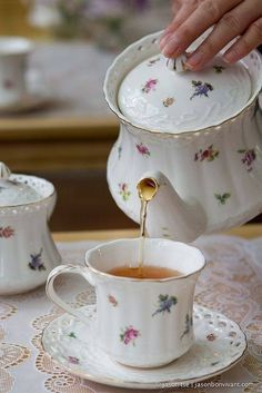 coffee or tea? 🙂 coffee or tea? Vintage Tea, Tea Cup Saucer, Tea Cups, Rosen Tee, Cuppa Tea, Teapots And Cups, Tea Service, My Cup Of Tea, Chocolate Pots
