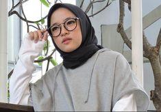 Nissa Sabyan Mp3 - Download Lagu Sholawat Gambus Terbaru Full Album Muslim Women Fashion, Womens Fashion, Hijab Tutorial, Cute Faces, Hijab Fashion, Asian, Model, Polaroid, Instagram