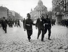 Manifestante detenido en la calle de Alcalá tras la manifestación del primero de Mayo de 1918.