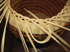 Images in Anna's post Rattan Basket, Wicker, Making Baskets, Bamboo Crafts, Porch Entry, Newspaper Crafts, Paper Basket, Weaving Patterns, Cozy Blankets