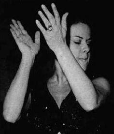 Elis Regina, um gesto tipico, devia ser com a musica Upa Neguinho!