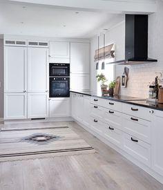 Personlig og inspirerende hjem - Velkommen til Strai Kjøkken Modern Door, Modern Interior, Cabinet, Interior, Home Decor Kitchen, Kitchen, Home Decor, Cabin Interiors, Kitchen Cabinets