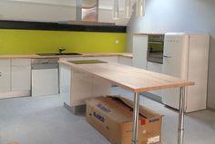 Cette cuisine au design épuré est composée de 4 plans de travail en bois de hêtre - Réalisée par notre cliente Axelle