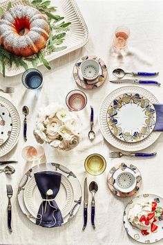 """""""At a Parisienne's table you will often find Laguiole folding knives, named after the French village where they are made. You can recognize them by the insect engraved on the handle,"""" the authors. Dinner Table, Dinner Plates, French Table Setting, Setting Table, Anthropologie, Deco Table, Decoration Table, Dining Decor, Dining Rooms"""