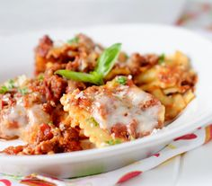 Slow Cooker Ravioli Lasagna: pack of cheese ravioli, pasta sauce, meat choice to taste. Cook add cheese and let it melt Slow Cooker Recipes, Crockpot Recipes, Cooking Recipes, Casserole Recipes, Yummy Recipes, Dinner Recipes, Yummy Food, Ravioli Lasagna, Cheese Ravioli