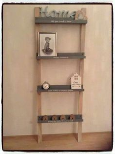 Fotoplankjes vd Action vastgemaakt op houten latten en je hebt een ladder waar je leuke spullen op kunt zetten.