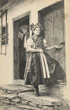 Pavol Socháň - Dievča v Spišskom Štvrtku Folk Clothing, Heart Of Europe, Folk Costume, Costume Dress, World Cultures, Vintage Photographs, Traditional Dresses, Folklore, Old Photos