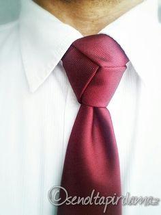 ►De Trinity Knoop - The Trinity Knot◄ Dit is één van mijn favoriete knopen! Hierdoor ben ik graag stropdassen gaan dragen. Deze knoop trekt zeker de aandacht in een hele goede manier. Het valt direct op. Met een gestreepte stropdas werkt deze knoop ook super, dan krijg je zelfs dat de strepen goed in elkaar overlopen.
