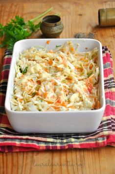 Salata Coleslaw - rețeta simplă, perfectă ca garnitură Vegetarian Recipes, Cooking Recipes, Healthy Recipes, Cold Vegetable Salads, Romanian Food, Keto Food List, Cafe Food, Cata, Healthy Meal Prep