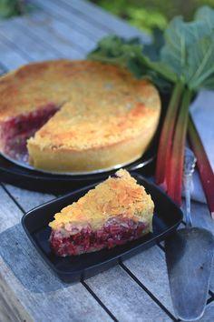 """Knäckig rabarberpaj med toscatäcke. Pajen med """"Extra allt!"""" - Helena Lyth Cake Recipes, Dessert Recipes, Desserts, Frozen Cheesecake, Rhubarb Cake, Whats For Lunch, Different Cakes, Rhubarb Recipes, Swedish Recipes"""