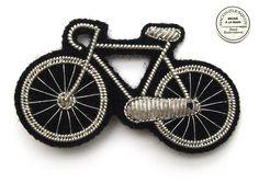 Broche Vélo brodée à la main en cannetille. Marque : Macon & Lesquoy (France).