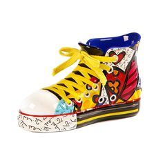 A Escultura Shoe Romero Britto fica muito bem sobre qualquer móvel, um item que chama atenção e transmite alegria para o ambiente.   #presentescriativos #decor #allstar #RomeroBritto