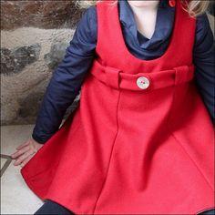 Robe à la taille haute soulignée d'une ceinture. Le bas de la robe très évasée est constitué de pans, ce qui plait particulièrement aux petites filles qui aiment les robes qui tournent! La robe se ferme par deux petits boutons au dos. Un large ruban, du gros grain ou une bande de fourrure peut être cousu au bas de la robe, ce qui lui donne une allure slave.NB : les marges de couture sont COMPRISES dans le patron!Tissus conseillés : coton, popeline, lin pour l'ét�...
