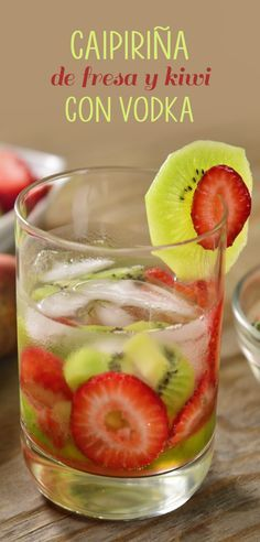 Este clásico coctel con un giro de vodka tiene un toque distinto con kiwi y fresa que seguramente te encantará. ¡Dale un giro al verano y disfruta este refrescante coctel que además es bajo en azúcar! Bar Drinks, Wine Drinks, Cocktail Drinks, Cocktail Recipes, Alcoholic Drinks, Beverages, Fruity Cocktails, Winter Cocktails, Summer Drinks