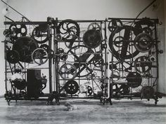 Jean Tinguely, Méta-Harmonie 1, 1978.  Construction en acier avec éléments mécaniques, objets et instruments de musique. 3 parties : 290 x 600 x 150 cm.  Vienne, Museum Moderner Kunst