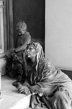 I poveri e gli orfani omaggiano il loro benefattore - Tomba Ratto Foto di Davide P.