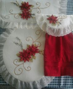 JUEGO DE BAÑO NAVIDEÑO Felt Christmas Decorations, Christmas Stockings, Holiday Decor, Quilting Projects, Sewing Projects, Silk Ribbon Embroidery, All Things Christmas, Diy And Crafts, Crafty