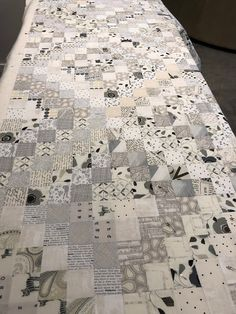 Finished - Low Volume Trip Around the World Quilt (KayakQuilting) Neutral Quilt, Grey Quilt, Neutral Colors, Black And White Quilts, Black White, Low Volume Quilt, Queen Size Quilt, Modern Quilt Patterns, Scrappy Quilts