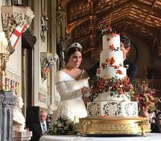 Wedding of Princess Eugenie and Jack Brooksbank, Windsor Castle, October newlyweds cut their wedding cake after their wedding ceremony; left, far back, the Duke of York Princess Eugenie Jack Brooksbank, Princess Beatrice, Royal Princess, Princess Diana Wedding, English Royal Family, British Royal Families, Royal Brides, Royal Weddings, Royal Wedding Cakes