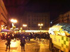 """Fecha: 17/5/11. Hora: 05.17. Tuit original: """"#acampadaSol #spanishrevolution antidisturbios y manifestantes dialogan para evitar enfrentamientos""""."""
