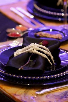 Would you dare to choose the spooky Halloween theme for your fall wedding? These 50 Whimsical Spooky Halloween Table Decoration Wedding Ideas will make your wedding special and unique. Spooky Halloween, Holidays Halloween, Halloween Themes, Halloween Party, Halloween Dinner Parties, Halloween Foto, Halloween Tafel, Spooky Spooky, Halloween Skeletons