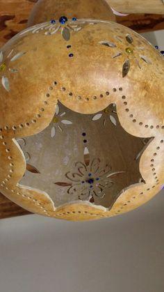 Coşkun DURMAZOĞLU Karşıyaka İZMİR Barn Wood Crafts, Cork Crafts, Diy And Crafts, Decorative Gourds, Hand Painted Gourds, Coconut Shell Crafts, Pottery Handbuilding, Gourds Birdhouse, Gourd Lamp