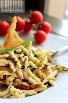 Insalata di trofie con cialde croccanti di parmigiano pinoli tostati e crema di basilico