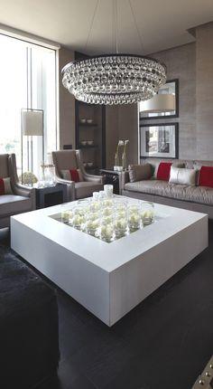 Tres colores que en el Interiorismo siempre se portan bien, estilo contemporáneo y el candil perfecto para el área .