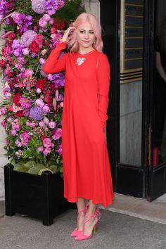 #coraldress #coralpinkdress #coralmididress #mididress #mididresswithhert #palepinkheels #pinkhair #streetstyle #pariscoutureweek2017