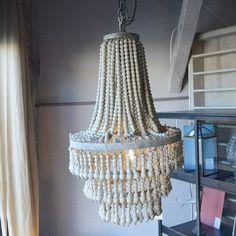 Magnifique suspension avec une structure en métal patiné gris et pampilles en perles de bois sur cordelettes en ficelle. Lustre style montgolfière PTMD Home