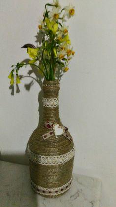 Bottiglia rivestita con spago