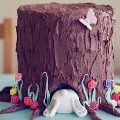 Memorable! y tu lo puedes hacer!! compra una torta grande y un par de tarros de glaseado de chocolate de Betty Crocker. Los adornos los puedes hacer tú con mazapán o comprar figuritas de mazapán hechas. te va a quedar precioso!