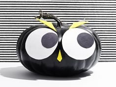 Instructions and template for decorating your pumpkin like a owl without carving. #Halloween #Pumpkin