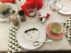 Service de Famille - six illustrated plates - a porcelain family portrait - create their haircut with food Soup Plating, Family Album, Dinner Sets, Small Plates, Service, White Porcelain, Bon Appetit, Told You So, Treats