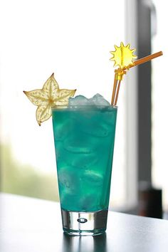 The Blue Lagoon Cocktail garnished with star-fruit (Blue Lagoon Cocktail garnished carom)