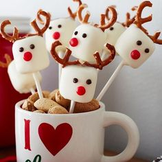 weihnachten 2018 Reindeer Marshmallow Pops Yes, please! These adorable little guys are a must-have addition to your holiday treat plate. (and super easy to makeno baking required! Christmas Party Food, Xmas Food, Christmas Sweets, Christmas Cooking, Christmas Goodies, Christmas Candy, Christmas Appetizers, Christmas Fruit Ideas, Kids Christmas Treats