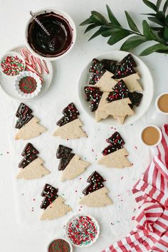 These Chai Chocolate Dipped Christmas Cookies Make the Perfect Christmas Gift Biscuits de Noël au chocolat chai Xmas Food, Christmas Sweets, Christmas Cooking, Christmas Flatlay, Christmas Chocolates, Christmas Parties, Christmas Christmas, Xmas Cookies, Sugar Cookies